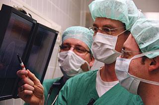 Drei Chirurgen im Gespräch