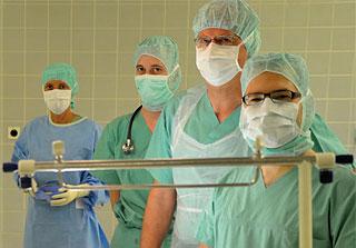 Schülerinnen und Schüler im Operationssaal
