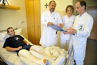 """Junger Patient mit Ã""""rzten bei der Visite"""