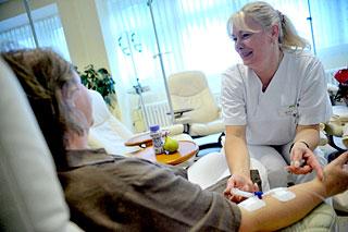 """Ã""""rztin verabreicht einer Patientin ein Chemotherapeutisches Medikament"""