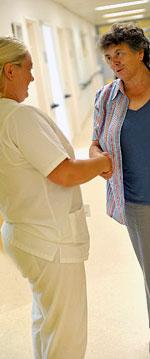Schwester Anke Lauchs-Mulach begrüßt eine Patientin im Brustzentrum