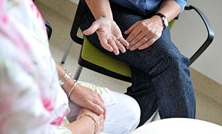 Offene Hände, die sich helfend einer Patientin entgegenstrecken