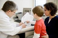Eltern bei Informationsgespräch