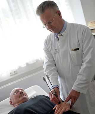 Chefarzt behandelt Patienten