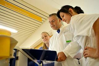 Schlaganfallstation: Chefarzt zeigt Schwestern ein Röntgenbild