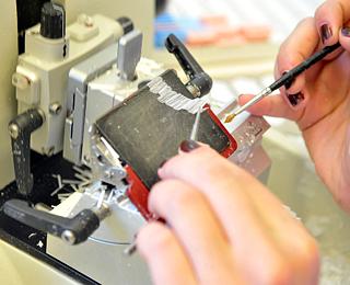 Detailaufnahme zweier Hände bei einer histologischen Untersuchung