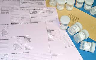 Formulare und Proben in Plastikhülsen