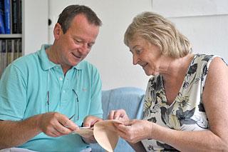 Stoma-Berater im Gespräch mit einer Patientin