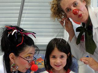 Die KlinikClowns bringen eine kleine Patientin zum Lachen