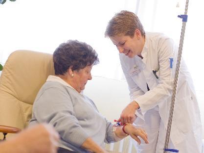 Blutabnahme und Infusion bei einer Patientin