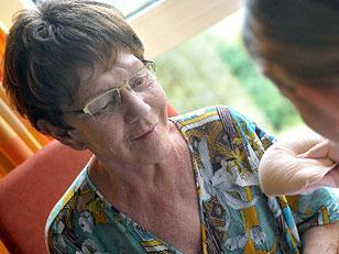 Schwester führt Brustkrebspatientin in die Benutzung einer Brustprothese ein