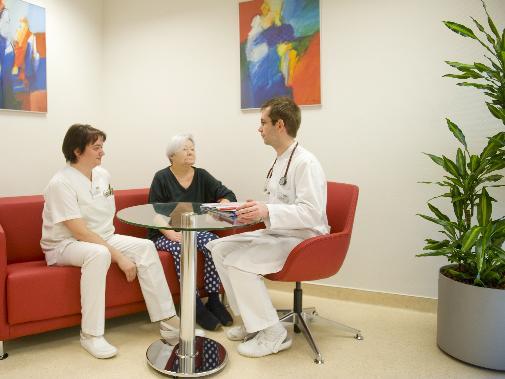 Patientin, Krankenschwester und Arzt bei der Patienteninformation